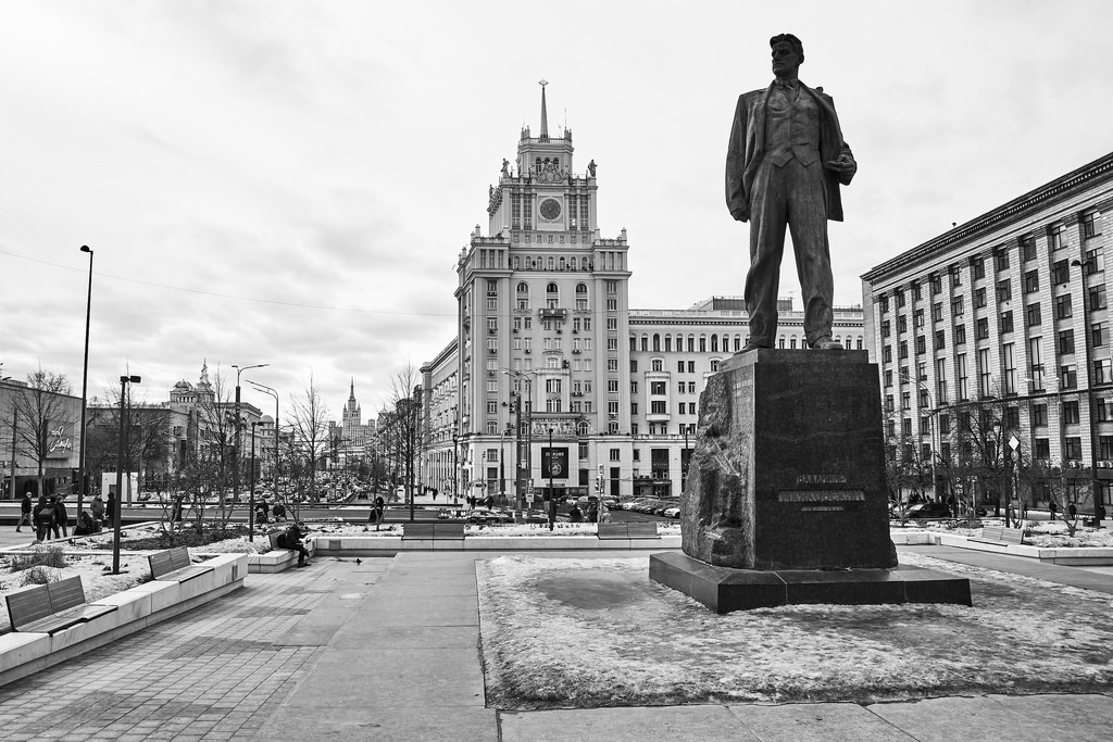В 1958 году установили памятник В. Маяковскому