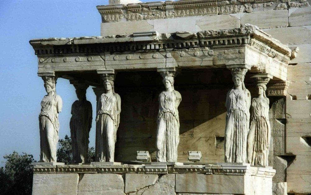 Крыльцо Дев, скульптуры девушек хорошо сохранились