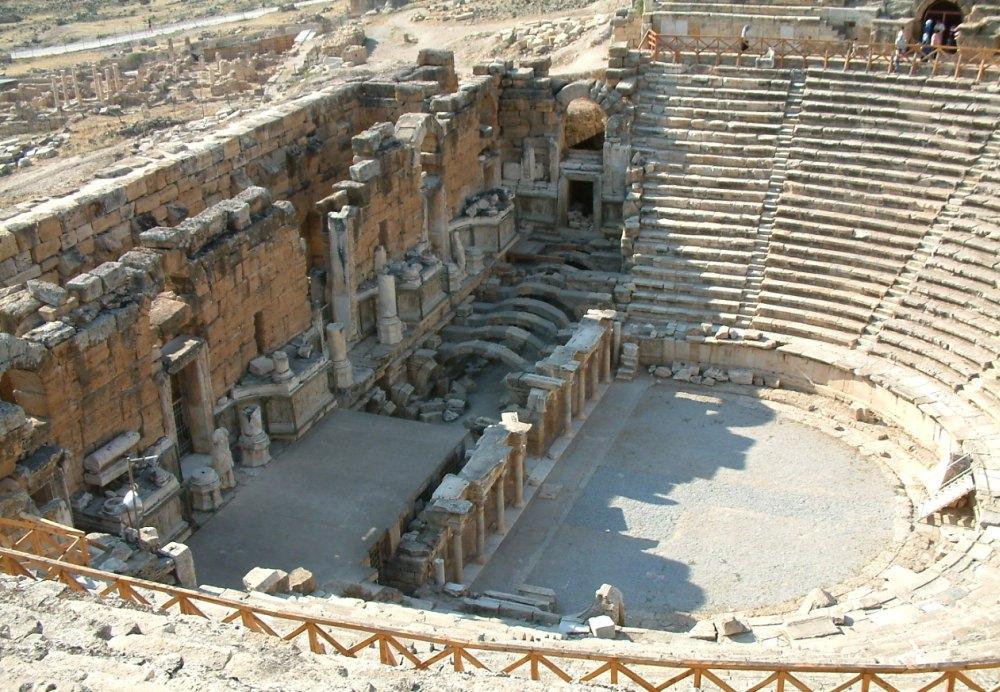Театр вмещал всех жителей города