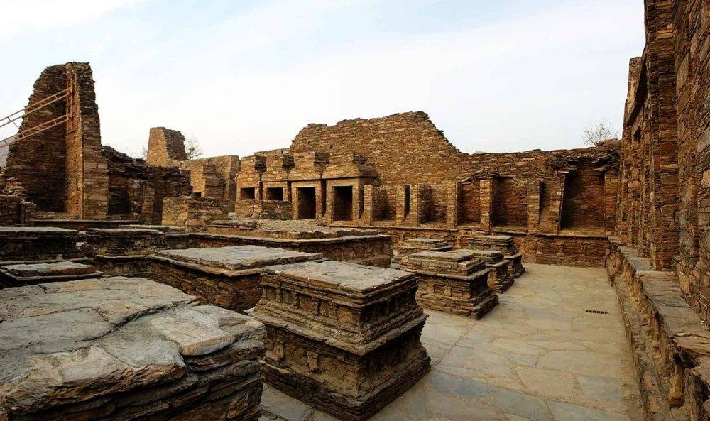 Остатки разрушенных строений