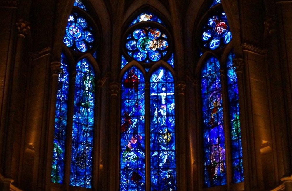 Окна с картинами из кусочков цветного стекла