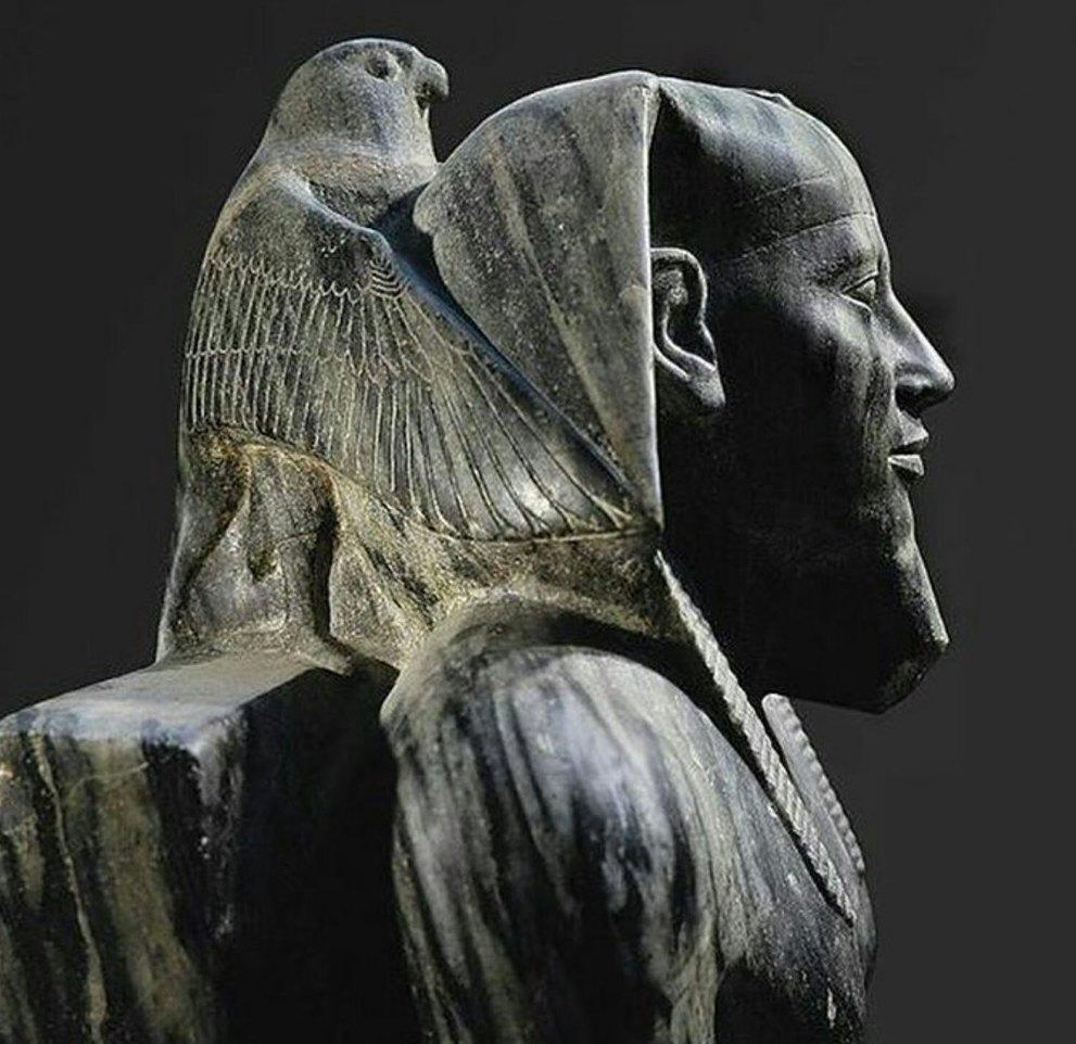Над головой распростер крылья Священный Сокол