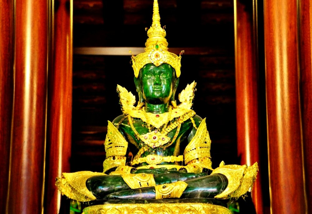 Король 3 раза в год переодевает Будду
