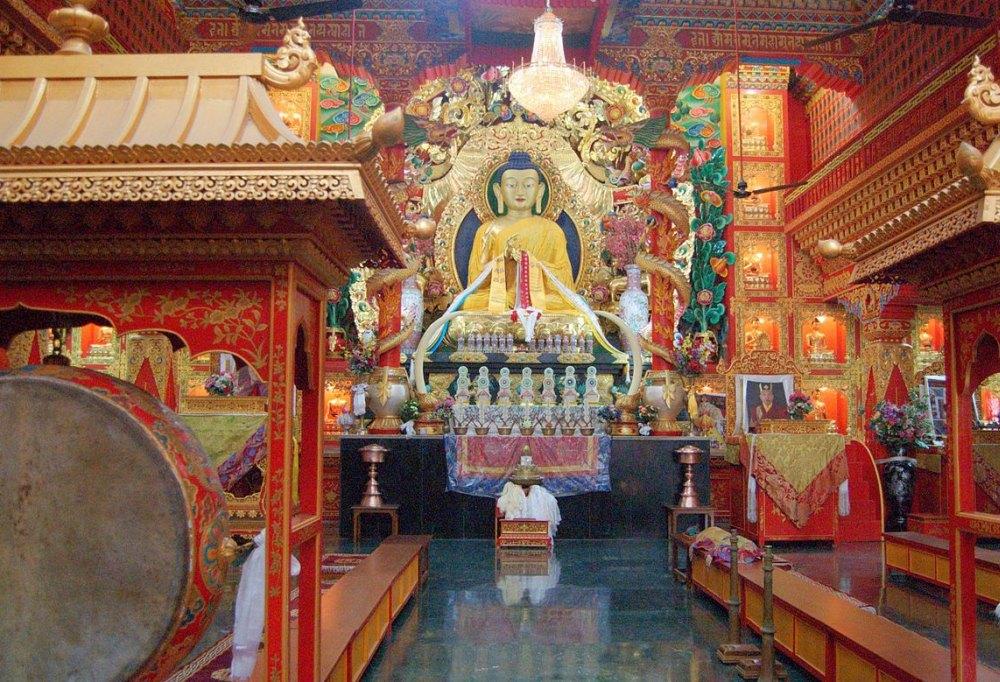 В буддийских храмах всегда радостно