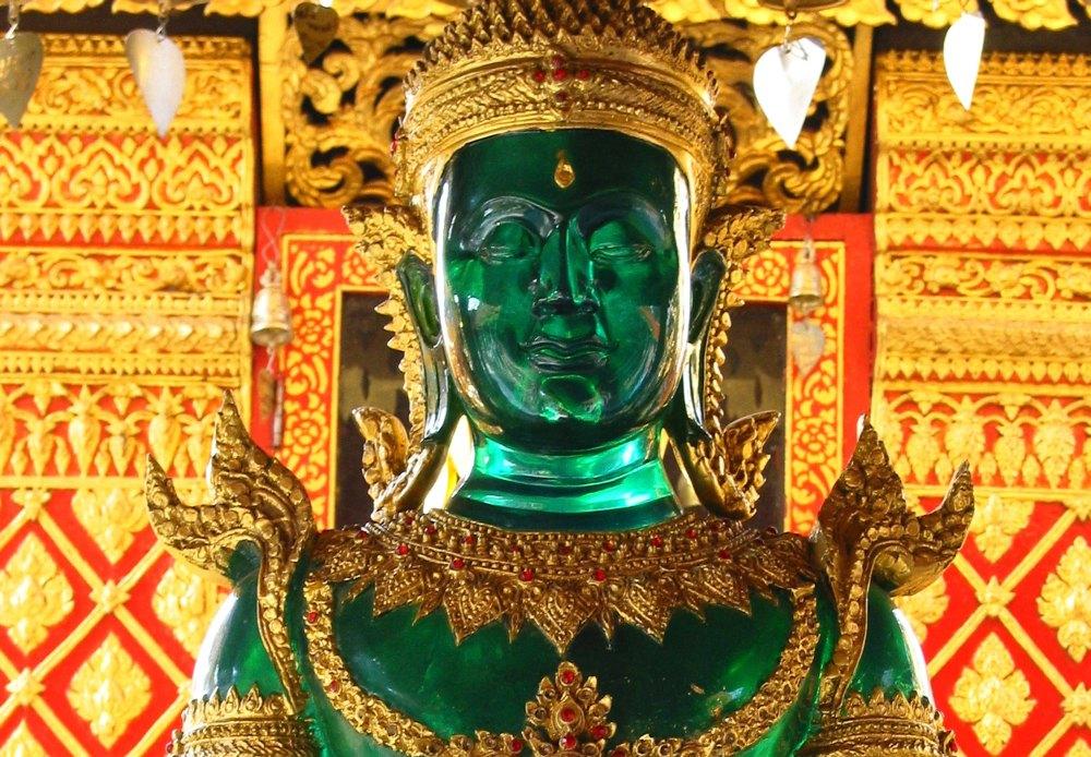 Третий глаз Будды выполнен из золотой вставки