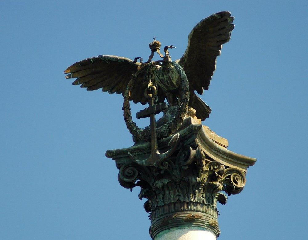 В клюве орла венок