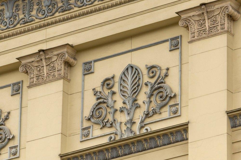 Фасад украшен декоративными элементами