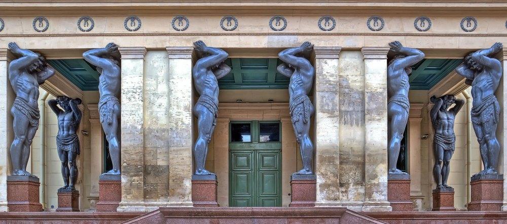 Фигуры атлантов у главного входа