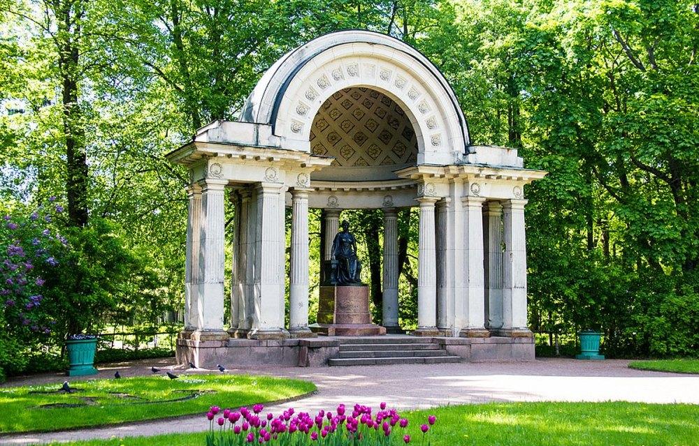 Архитектурные формы украшают парк