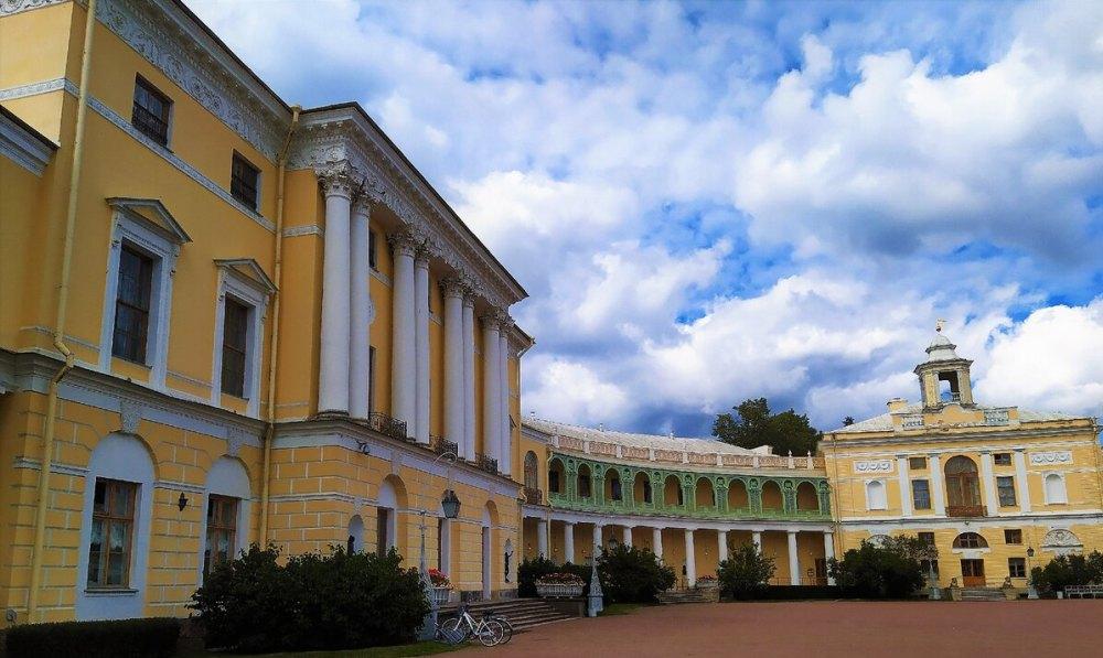 Трехэтажный корпус дворца
