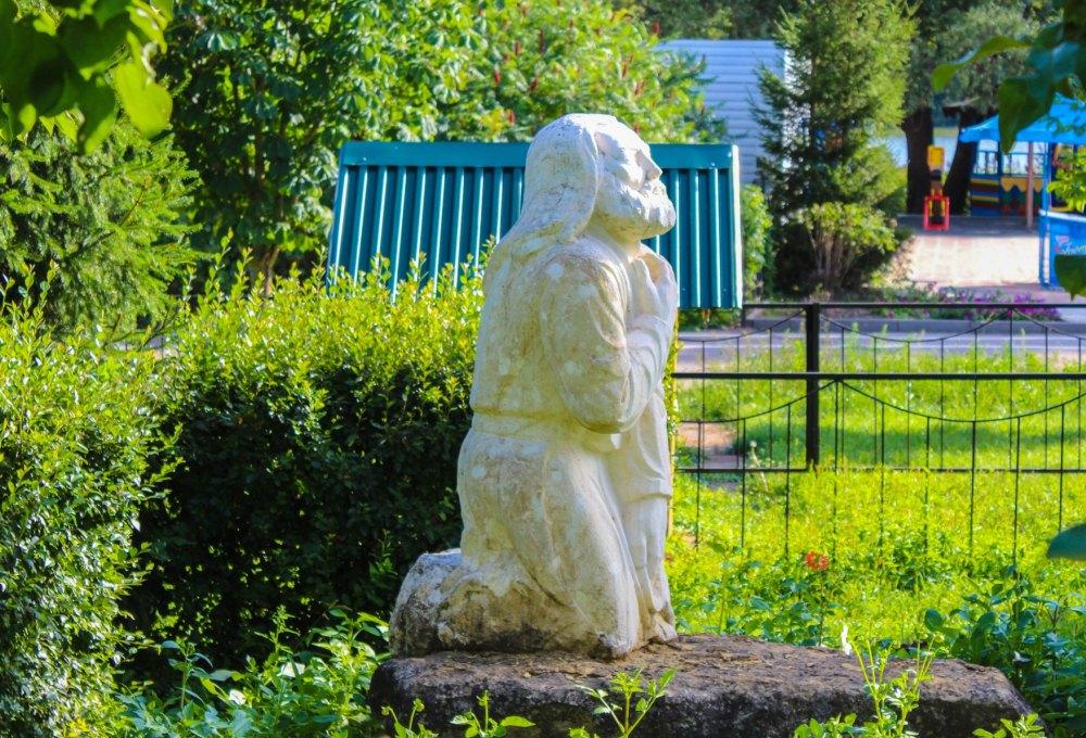 Территорию украшают скульптуры
