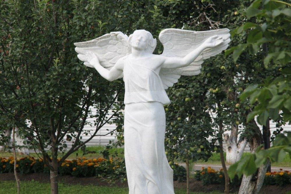Ангел раскрывает крылья
