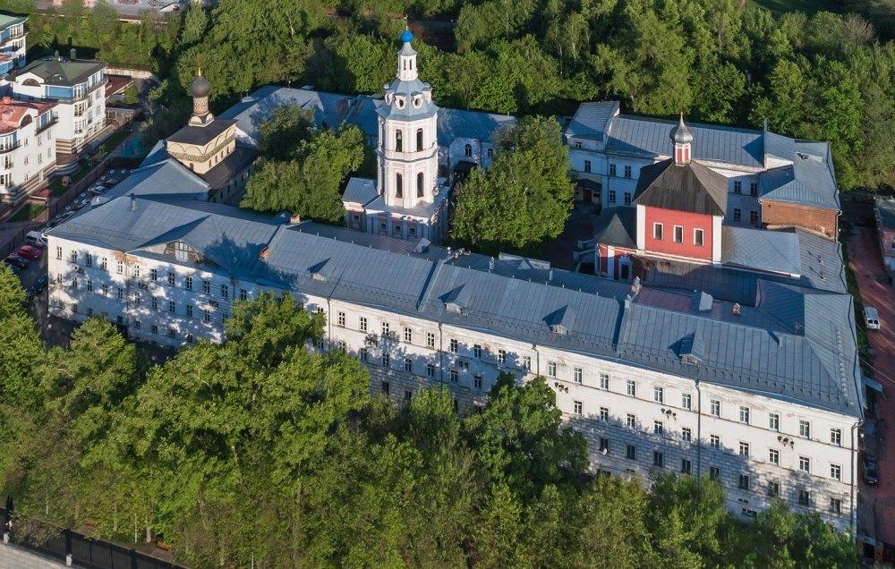 Ансамбль монастыря состоит из трех храмов и корпусов