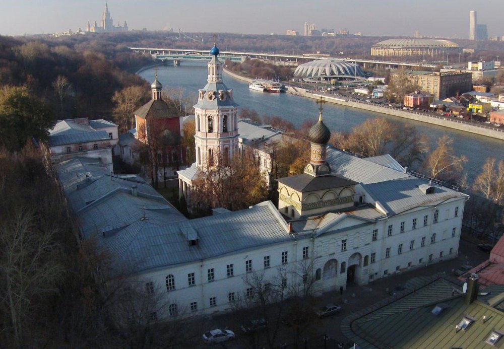 Церковь святого мученика Андрея Стратилата на переднем плане