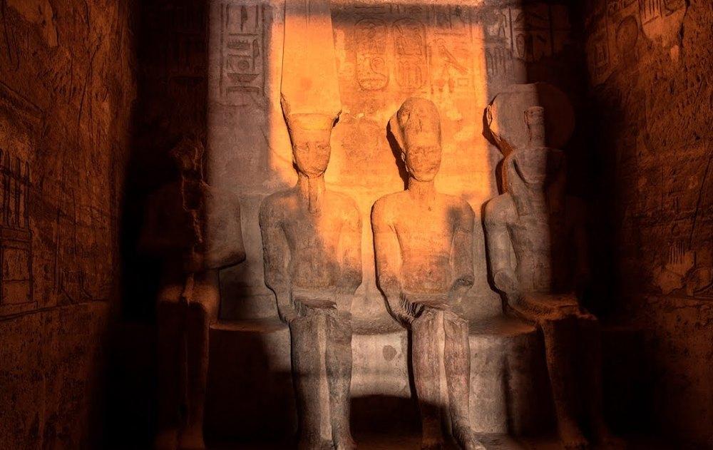 Солнечный луч освещает статую Амона и Ра-Хорахти