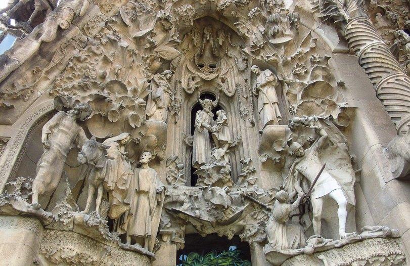 Поверхность фасадаов покрыта каменными узорами