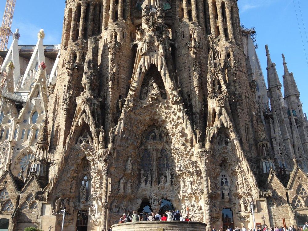 Фасад украшают башни