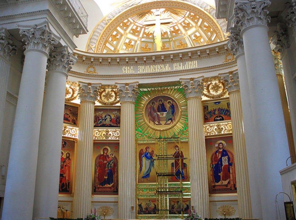 Сень с изображением Святой Троицы и надписью: «Сим знамением победиши»