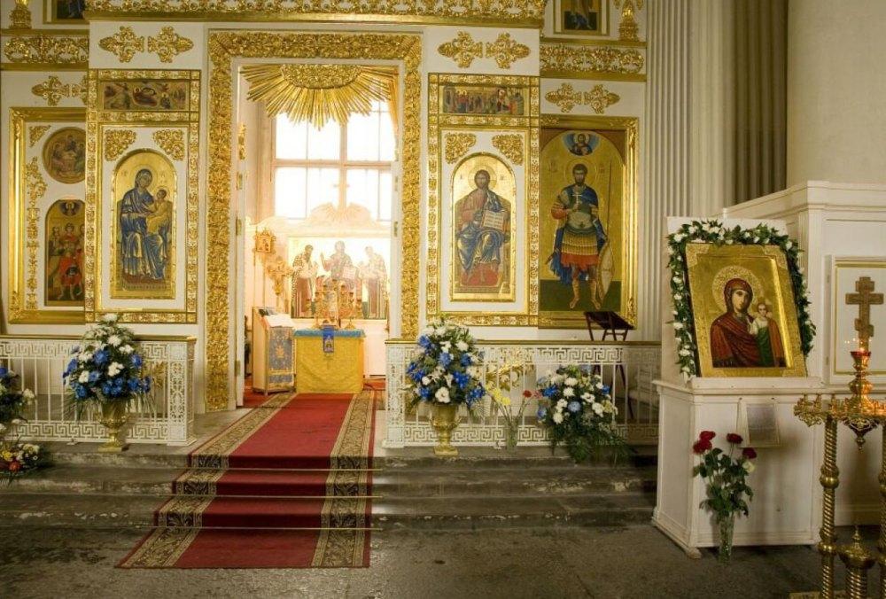 Внутри храма, святыни