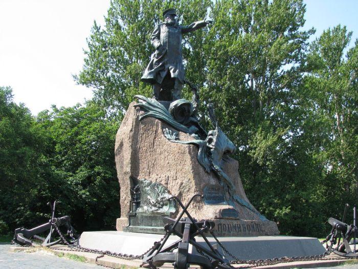 Памятник вице-адмиралу Макарову