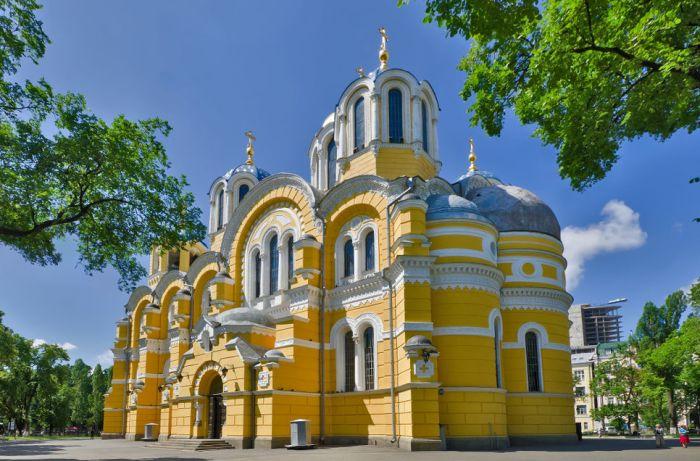 Над храмом трудились ведущие художники Российской империи