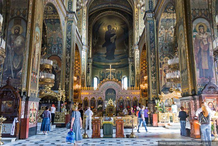 Внутри Владимирского собора