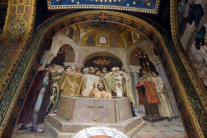 Храм украшают композиции Васнецова