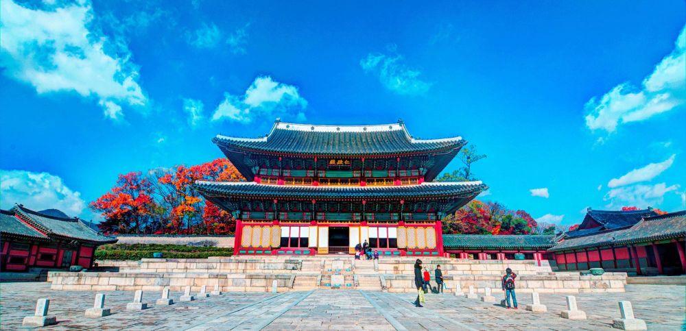 Деревянные строения с преобладанием красного, зелёного и золотистого цветов
