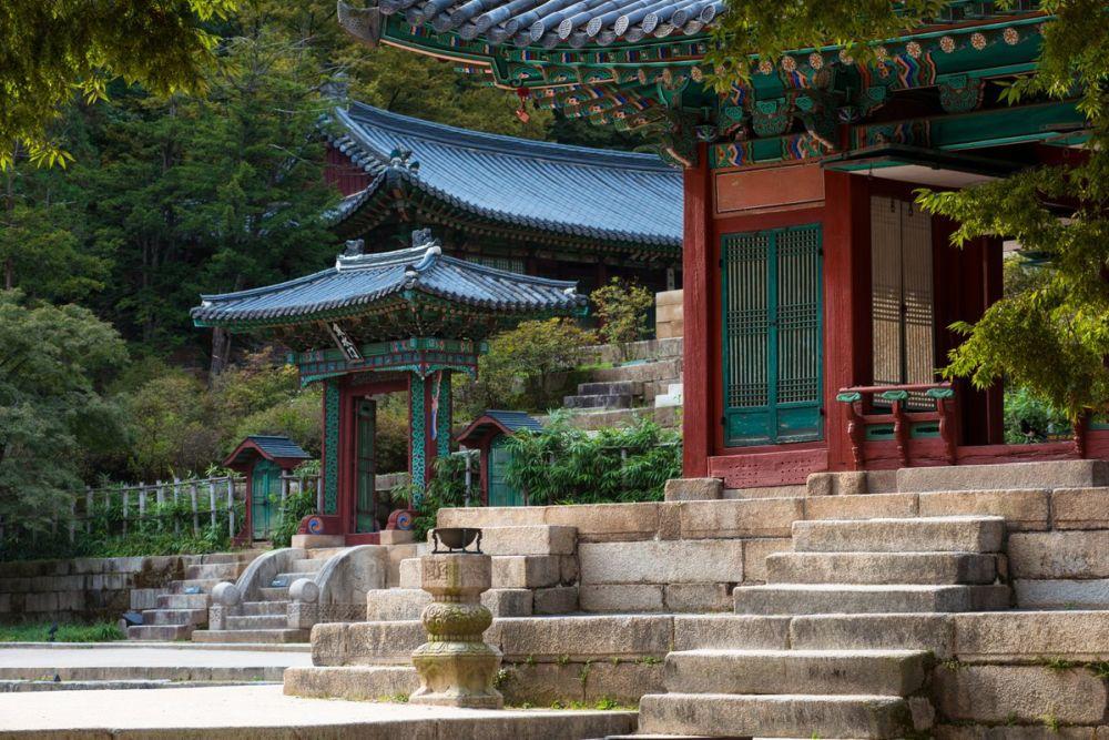 Постройки комплекса сохранили классическую корейскую архитектуру