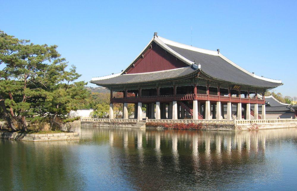 Павильон Кёнхверу в центре искусственного озера