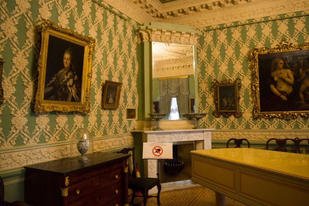 В музее демонстрируют картины известных художников