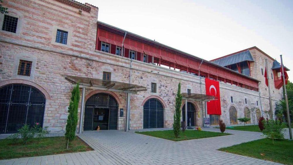 Здание дворца похоже на крепость