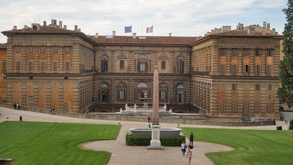 Дворец похож на крепость