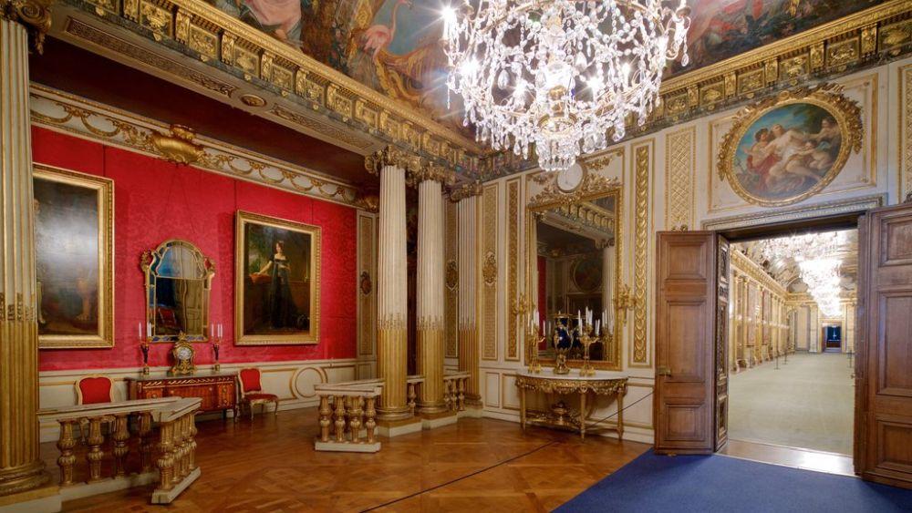 Внутри дворца преобладает роскошь