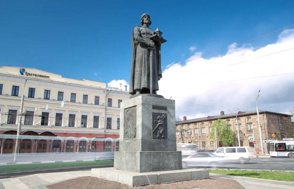 Памятник Ярославу Мудрому на площади Богоявления