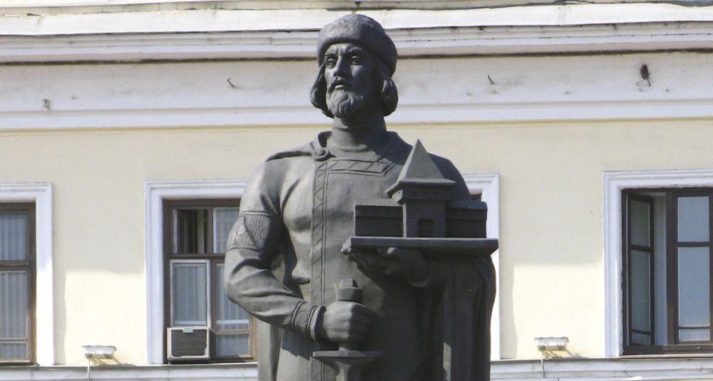 В руке Ярослав держит макет будущего города