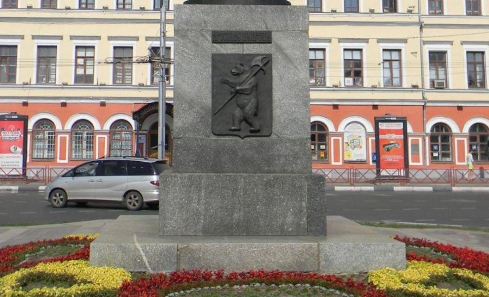 Барельефы на памятнике